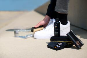 Membersihkan sepatu dengan cleaning kit